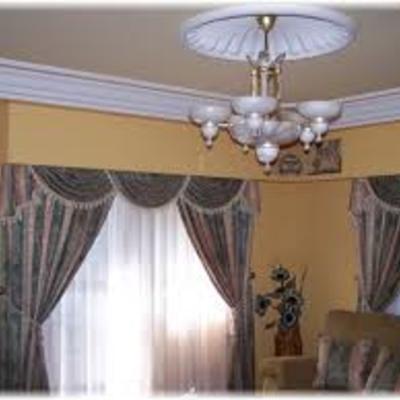 Moldura y plafon de escayola en salón, estilo clásico.