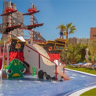 piscina desbordante con formas curvas en hotel de Benidorm