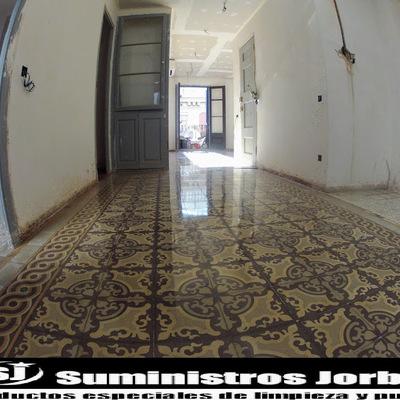 Rebaje,  pulido y abrillantado en pavimento modernista.