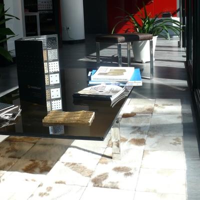 Mostrador mesa vidrio bronce mate y  pies diseño en inox