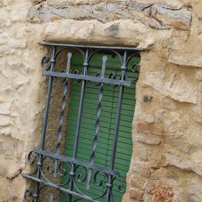 motivo antiguo en fachada de piedra