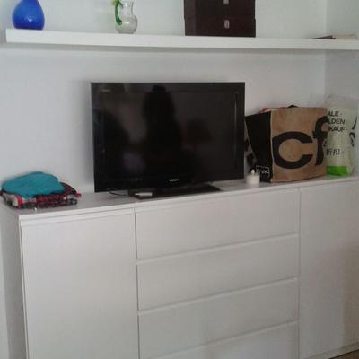Mueble y baldas lacados en blanco