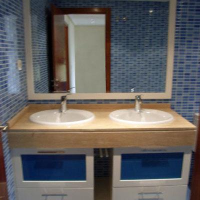 Mueble bajo encimera blanco con cristales en azul