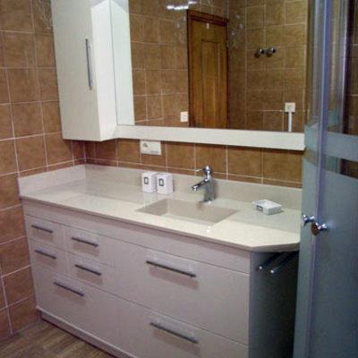 Mueble blanco con cajones y lavabo integrado