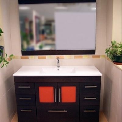 Mueble con encimera de porcelana y cristales naranja