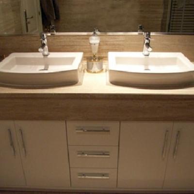 Mueble con faldon y lavabos sobre encimera