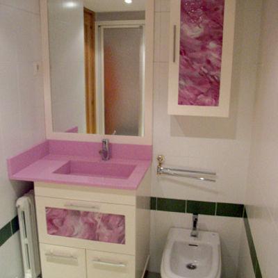 Mueble con lavabo integrado con toallero y auxiliar