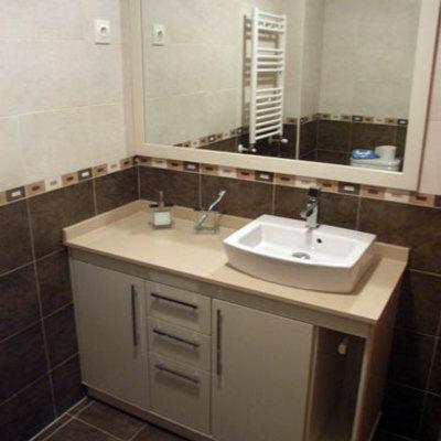 Mueble con lavabo sobre encimera