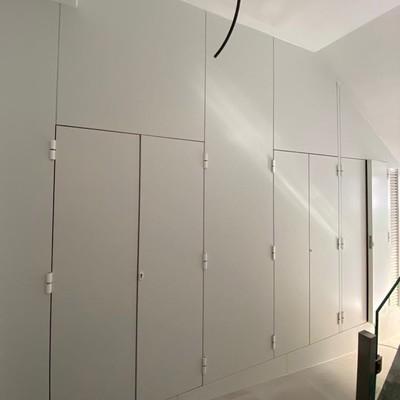 Cerramiento aluminio y composite blanco. Cuartos contadores edificio.