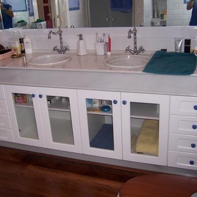 Mueble de baño con puertas en madera de Suecia lacada en blanca y cristal para visillo.