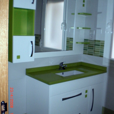 Mueble de baño lacado en blanco y verde