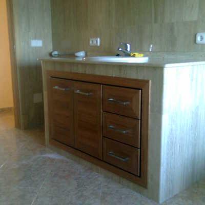 Mueble empotrado de baño en madera de sippo.