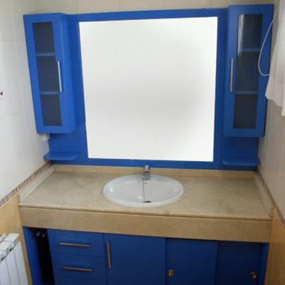 Mueble lacado en azul con auxiliares