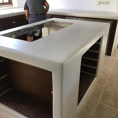 Muebles de cocina en microcemento blanco.