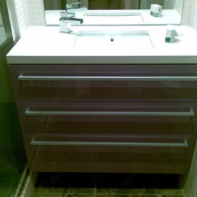 Muebles de baño lacado en lila brillo