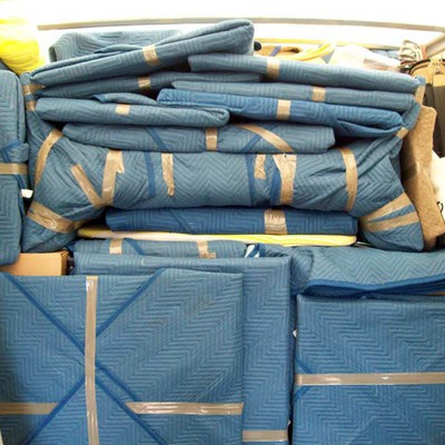 Muebles  y estanterías protegidos con mantas.