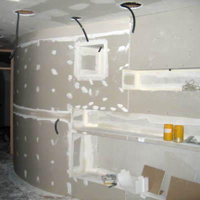 Mural con estantes en curva