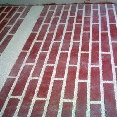 muro completo de ladrillo visto con zocalo de raspado en blanco en monocapa