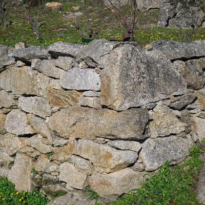 muro de piedra seca para la sugención de tierra