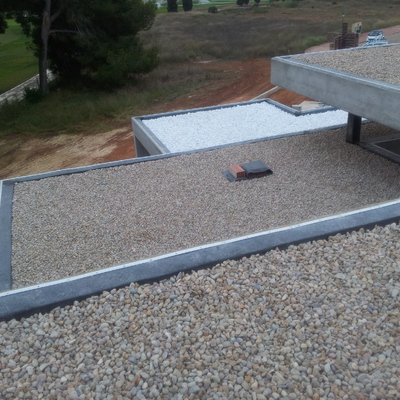 Impermeabilización de cubierta con EPDM y lastrada con grava.
