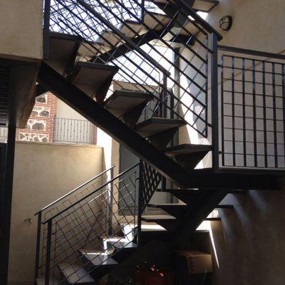 Estructura de escalera metálica y barandilla