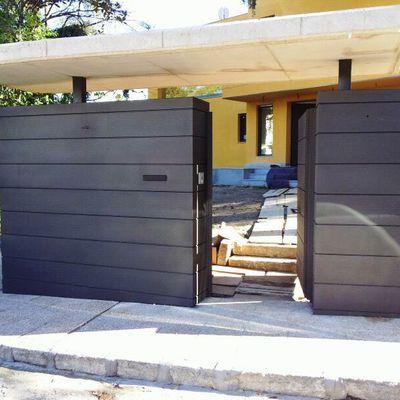 Fachada y puerta metálica