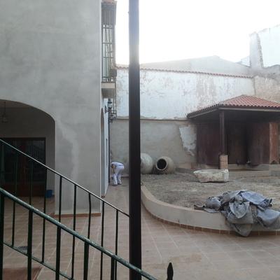 el antes de la reparacion de un patio de casa señorial
