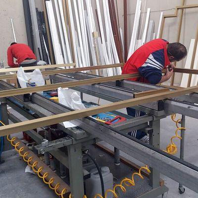Nuestros operarios fabricando en nuestros bancos de trabajo