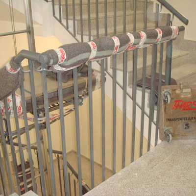 Grúa montada en hueco de escalera