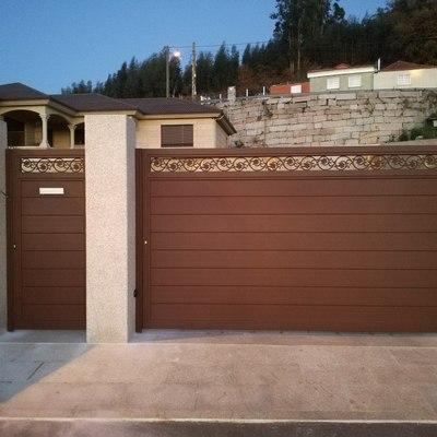 Portal corredera y puerta peatonal de aluminio soldado de lama 200 horizontal y cenefa