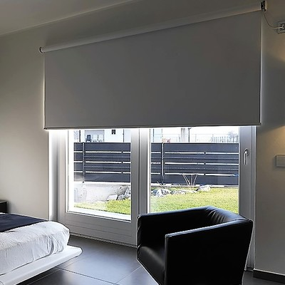 Instalación de estor enrollable con tela opaca en Málaga.