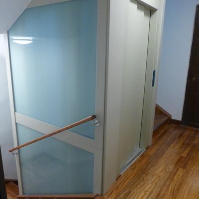 Corte de escalera de madera para instalación de ascensor