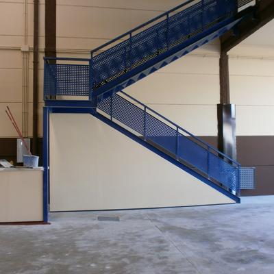 Pintura de escalera en nave industrial
