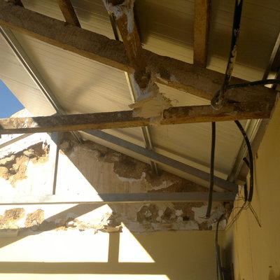 Panel sandwich colocado sobre las formas de madera , visto por la parte de dentro de la vivienda.