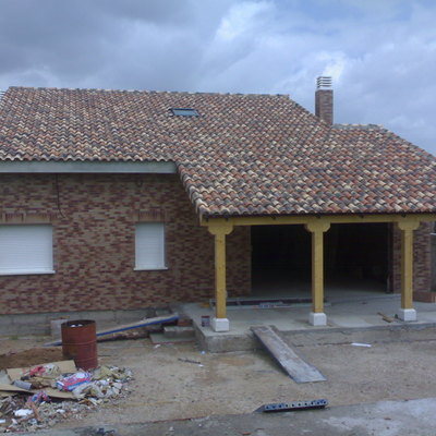 Casa unifamiliar con porche de madera.