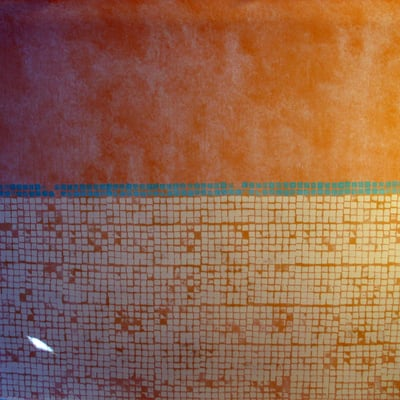 Pared con imitación a terracota y zócalo imitación a mosaico.