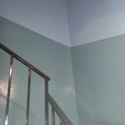 pared de escalera comunitaria a 2 colores