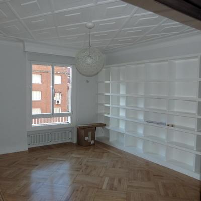 parquet , estanterias lacadas en blanco dm