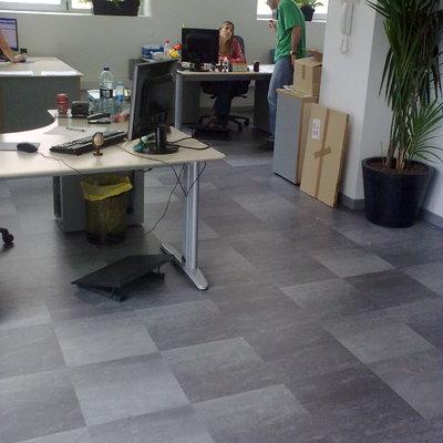 Parquet flotante sintetico en Oficina Atarrabia