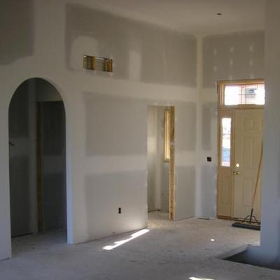 Paso de puerta en arco y habitaciones