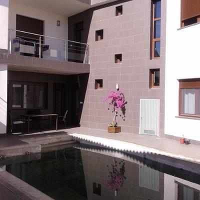 Patio interior con piscina.
