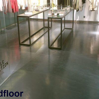 pavimento continuo epoxi en tienda de moda
