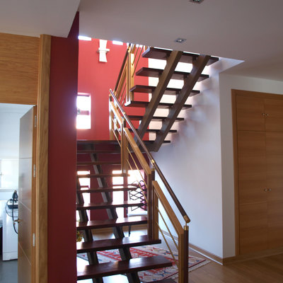 Escalera acero-madera de subida planta primera