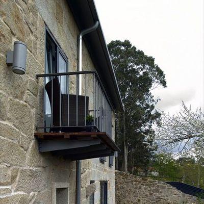 Pequeño balcón en la fachada posterior de la vivienda