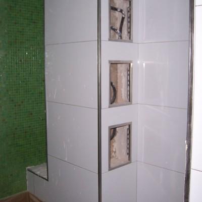Pequeños huecos en cuarto de baño para depositar los accesorios