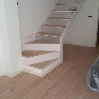 Reconstrucción escalera y barandilla de cristal templado