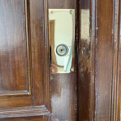 Instalación de cerradura y escudo embellecedor
