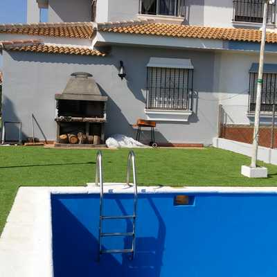 Césped artificial para jardín con piscina