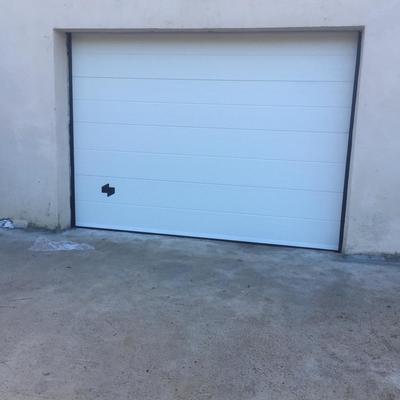 Remates puerta seccional blanca veteado