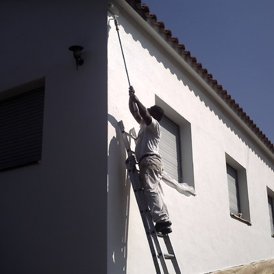 PINTANDO FACHADA EN COLOR BLANCO